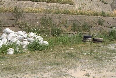 建築廃材と古タイヤ