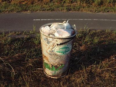 河川敷のゴミ箱